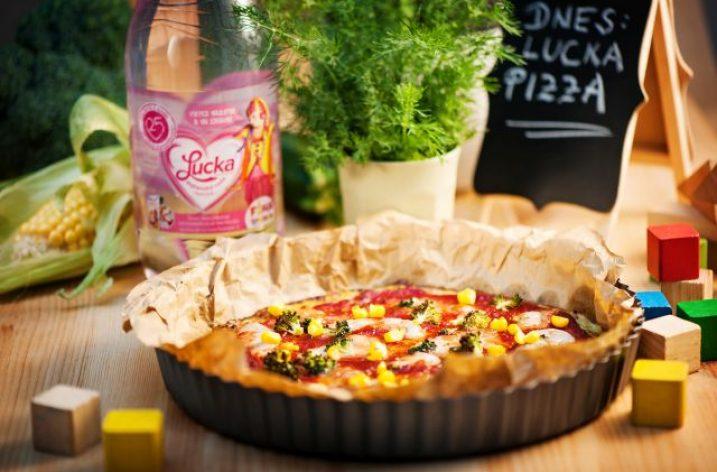 Cuketová pizza s mozzarellou a zeleninou