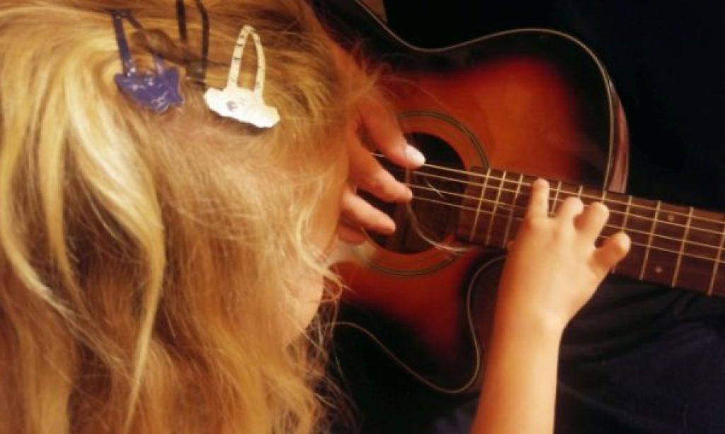 ♪ Alžbetka počúva tatkov falošný spev. Pre ňu je to raj