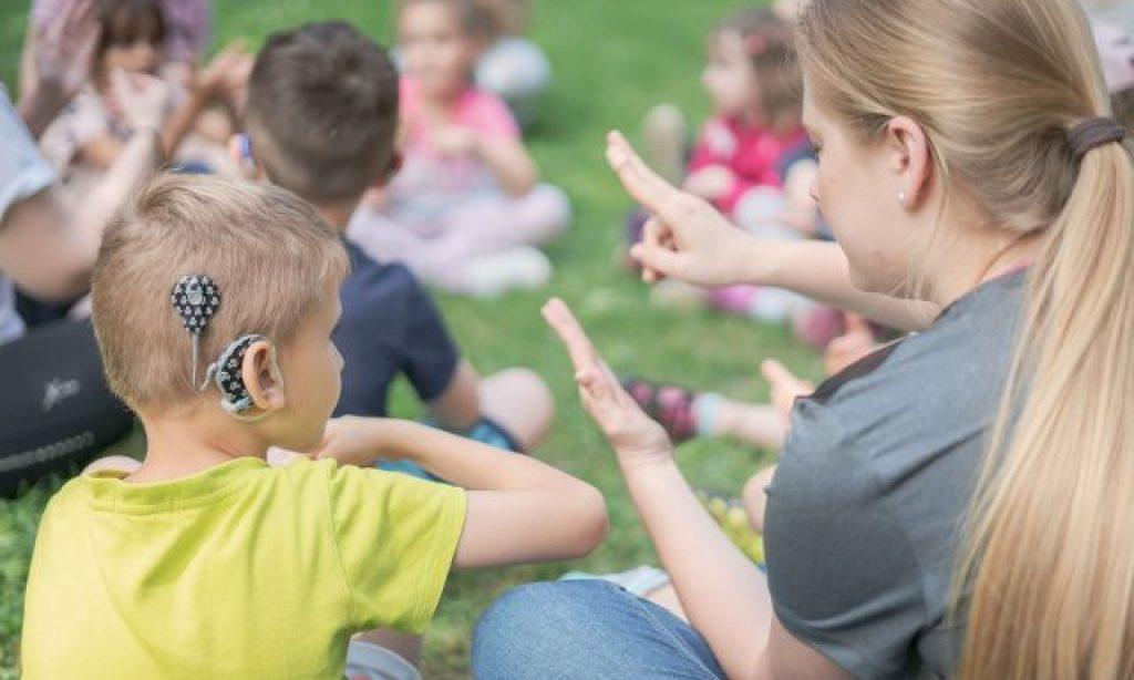 Voising nahrala videoklip s piesňou Tri slová – objavuje sa v nej aj spievajúci nepočujúci chlapec